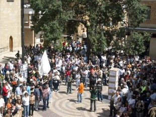 Els manifestants arribant a l'ajuntament on es va llegir el manifest. Els treballadors porten unes caixes amb els noms dels diferents propietaris que ha tingut la fàbrica.  JUDIT FERNÁNDEZ