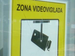 Un cartell alerta de la presència d'una càmera (a dalt, a la dreta) a la biblioteca de Montgat.