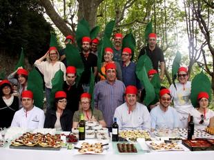 La fotografia commemorativa del barret de la cirera, amb tots els cuiners participants a la campanya «Remena'm la Cirera».  MIQUEL RUIZ