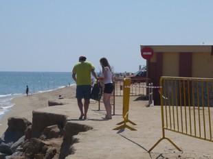 Els banyistes saltant el desnivell per anar a mar.  E.F
