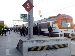 Un tren a l'estació de Sant Celoni, el dia de la protesta de la Plataforma.  EUDALD PICAS