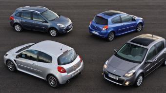 La família completa del nou Clio. En primer terme, el Renault Sport i la berlina de cinc portes. Darrere, el Grand Tour (familiar) i el GT.