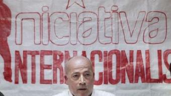 L'escriptor Carlo Frabetti; el representant legal d'Iniciativa Internacionalista, Luis Ocampo, i el sindicalista Alfonso Araque, durant la roda de premsa que van oferir ahir a Madrid.  EFE