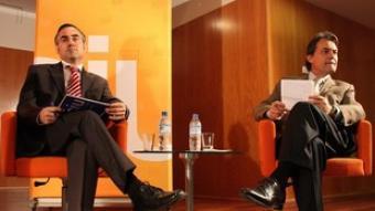 Ramon Tremosa i Artur Mas, ahir, al Centre Cívic Ateneu Fort Pienc.  ACN