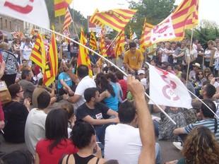 Els manifestants asseguts a la C-12, just al costat del pont que creua l'Ebre.  L.M