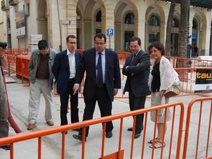 Al centre, l'alcalde de Vilanova i el delegat del govern, a les obres del carrer Sant Gervasi.