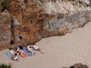 El bon temps del cap de setmana passat va atraure als primers usuaris nudistes a la platja l'Illa Roja de Begur. LL. SERRAT