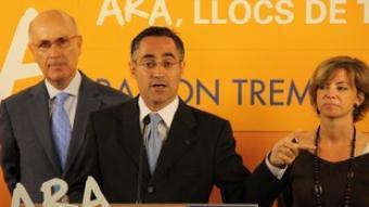El candidat de CiU a les europees, Ramon Tremosa, amb Josep Antoni Duran i Lleida i Meritxell Borràs, ahir.  ACN