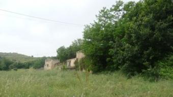 Els terrenys de Can Mora, amb la masia al fons.  S.M