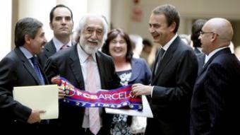 El senador de CiU Josep Maldonado regala, ahir, una bufanda del Futbol Club Barcelona a Rodríguez Zapatero. /  EFE