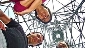 Montse Escútia, Enric Pardo i Raül Romeva a sota una torre de la MAT a Vilanna. S.G-A