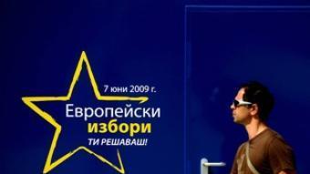 Un jove passa davant un cartell electoral a Sofia. /  EFE