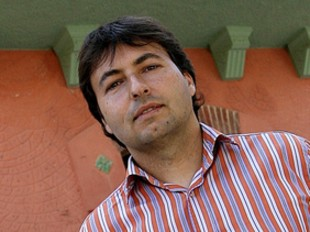 Josep Antoni Ramon davant la façana principal de l'ajuntament.  MANEL LLADÓ