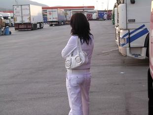 Una de les moltes prostitutes que hi ha als aparcaments de la Jonquera.  M.B