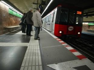 La línia L3 del metro de Barcelona és una de les que podria posar en servei metros semidirectes a llarg termini segons planteja el pacte.  QUIM PUIG