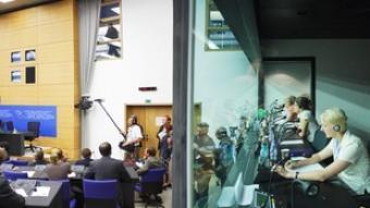 Diversos intèrprets, en una de les cabines per a traductors del Parlament Europeu.  BERNARD ROUFFIGNAC