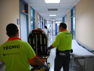 Una pacient arriba a urgències de l'Hospital Sant Camil, dijous a la tarda.  M.L