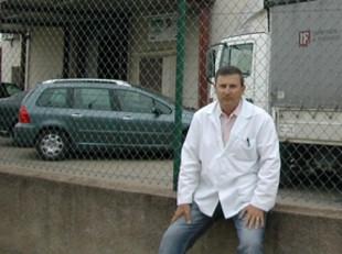 Josep Maria Puig, davant l'empresa.  EL PUNT