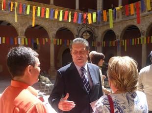 Mayor Zaragoza, al pati dels Reials Col·legis, amb els «pensaments de pau al vent». G.M