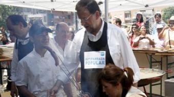Rajoy i Sánchez-Camacho, a la botifarrada. /  T.G. / EFE