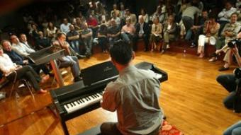 Ramon Tremosa, ahir, interpretant Llach al piano.  QUIM PUIG