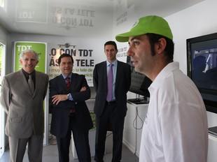Francisco-Busquets, Rangel i Cano, en el punt mòbil de TDT a la plaça Constitució de Girona.  LLUÍS SERRAT