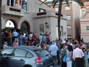 Un moment de la concentració ciutadana a les portes de l'Ajuntament montgatí, dijous.