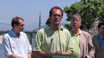 El candidat ecosocialista ahir a Tortosa amb Herrera i Pierre Jonckheer.  ACN