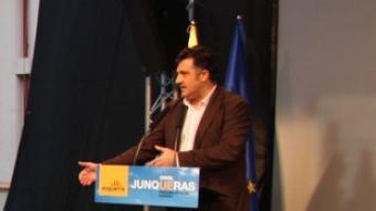 Ernest Benach, entre els assistents, escolta el míting del president d'Esquerra, Joan Puigcercós, ahir a Reus. /  EL PUNT