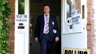 El candidat del Partit Nacionalista Britànic (BNP), Bob Bailey, en un col·legi electoral.  EFE