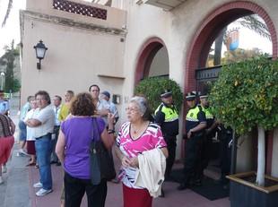 Veïns protestant davant l'Ajuntament durant el ple.  J.G.N