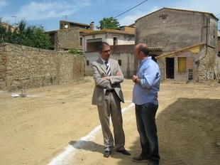 El delegat del Govern a Girona, Jordi Martinoy, i l'alcalde de Parlavà, Joaquim Sabrià, van visitar les obres de la plaça de la Constitució de Fonolleres aquest dijous passat. A.V.