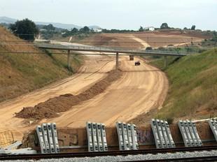 Imatge recent de les obres del quart cinturó entre Viladecavalls i Terrassa en un punt on creua la via fèrria.  ORIOL DURAN