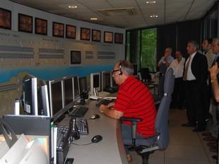 A l'esquerra, els empresaris de visita a l'empresa Monocrom. A la dreta, imatge del centre de control de l'autopista del Garraf.  L.M