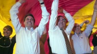 Mas, Tremosa i Duran, ahir, sota una senyera, al final del míting.  GABRIEL MASSANA