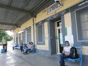 Una imatge de l'estació de Cambrils, amb els usuaris sense poder accedir a l'interior.. MARTA MARTÍNEZ