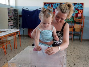 Una dona i la seva filla voten en un col·legi electoral, diumenge al migdia.  EFE