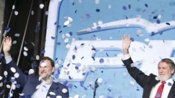 «Zapatero, dimissió!» El president del Partit Popular, Mariano Rajoy, i el cap de llista del PP a les eleccions europees, Jaime Mayor Oreja, van sortir a saludar poc després de les deu de la nit des del balcó de la seu del partit al carrer Génova de Madrid. Van destacar la victòria en l'àmbit estatal i a escala europea dels conservadors. Des de baix, els simpatitzants van cridar «Zapatero, dimissió!» diverses vegades. Un avís del que serà l'estratègia popular a partir d'ara.
