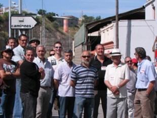 Els treballadors a la carretera d'accés a la fàbrica d'Ercros a Flix.  ACN