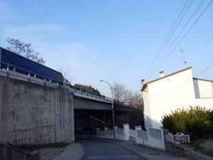 Les cases a expropiar de Sarrià ja estan molt a prop de l'autopista.  MIQUEL RUIZ