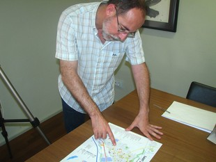 L'alcalde de Sant Celoni, Josep Deulofeu, mostra alguna de les zones que tenen problemes per rebre la senyal de la TDT