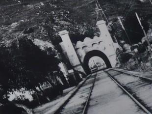 A l'esquerra, portada del DVD, envoltada de fotos antigues de la vila incloses en el recull fotogràfic.  J.N