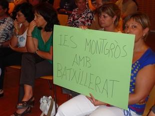 Pares i mares de l'IES Montgròs van acudir al ple per demanar Batxillerat per al centre.  M.L