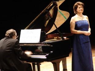 Elena Gragera amb el pianista Anton Cardó en un concert recent a Valls.  A. ESTALLO
