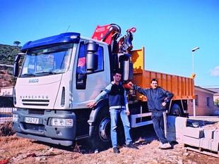 El camió robat a Sant Julià de Ramis amb el xofer –a l'esquerra– i l'amo del vehicle.