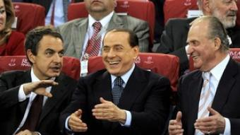 Zapatero: «¡Silvio, yo he resuelto la crisis!» I el rei també té la solució.  EFE