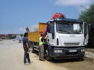 L'amo del camió observa com un mosso de policia científica busca empremtes.  TURA SOLER
