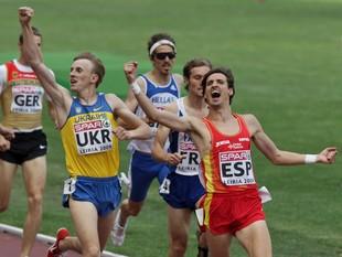 No és atletisme sincronitzat. Són Quesada i Osmolovych celebrant el primer i el segon lloc en els 800 m.  PAULO CUNHA / EFE