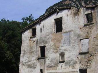 Aspecte de l'antiga rectoria, que ja havia estat refugi fins a principis de la dècada de 1980. R. E