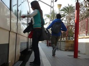 Uns usuaris pugen a un vagó de tren, a l'estació de Montgat, en una imatge d'arxiu.  J.G.N